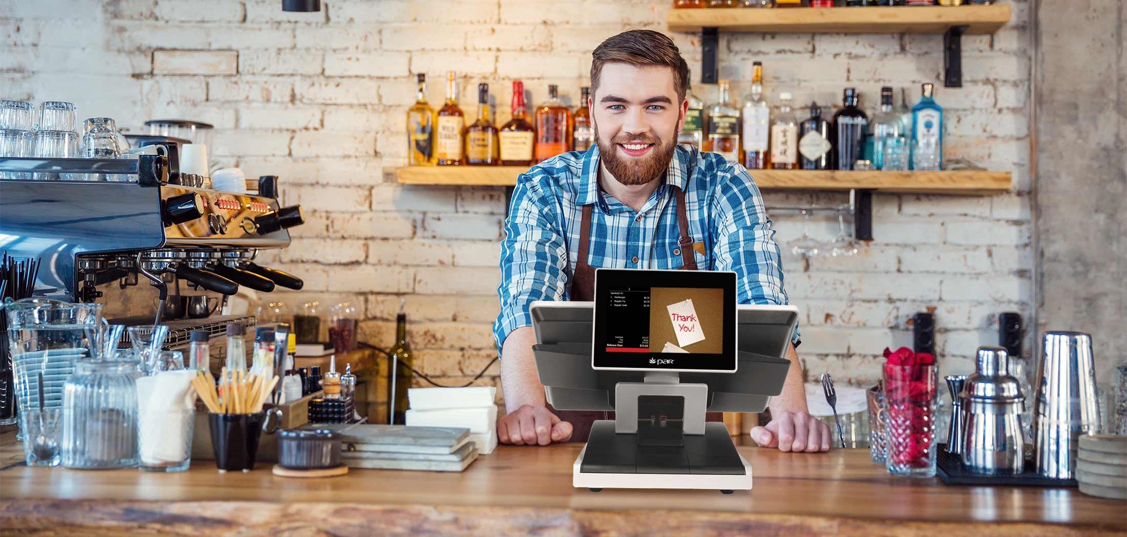 Usuario en bar usando la caja registradora